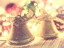 Goldene Glocke für Weihnachtsdekoration auf dunklem hölzernem Hintergrund I Lizenzfreie Stockbilder
