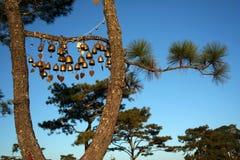 Goldene Glocke mit dem Hängen an einem grünen gezierten Zweig Lizenzfreies Stockbild