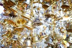 Goldene Glocken im Tempel stockfoto