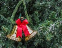 Goldene Glocken mit einem roten Bogen Stockfotografie
