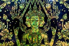 Goldene Gottheit schnitzen im thailändischen Tempel Lizenzfreie Stockfotografie