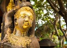 Goldene hölzerne Statue in Lamphun Stockfotografie