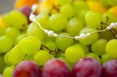 Goldene Halskette der Perle auf Früchten Lizenzfreies Stockbild
