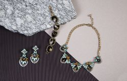 Goldene Halskettenkette und -armband auf Granit Stockfoto