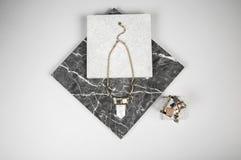 Goldene Halskettenkette und -armband auf Granit Lizenzfreie Stockbilder