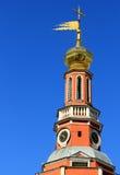 Goldene Hauben der Kapelle auf dem blauen Himmel Stockfotos