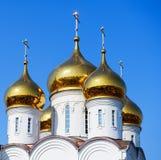 Goldene Hauben der Kirche Lizenzfreies Stockfoto