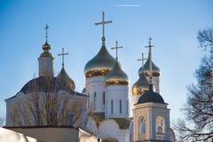 Goldene Hauben der orthodoxen Kirche Stockfotos