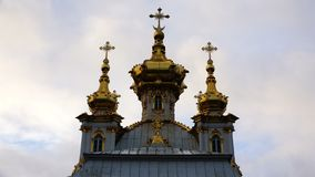 Goldene Hauben mit Kreuzen auf der Kirche stock video footage