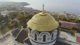 Goldene Hauben orthodoxen Vladimir Cathedrals in Chersonesos, auf dem Hintergrund von blauem Meer schuß Der größte Tempel stock video footage
