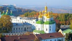 Goldene Hauben und grüne Hügel von Kiew, Ukraine stock video