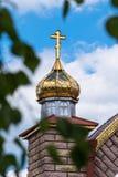 Goldene Hauben und Kreuze der orthodoxen Kirche auf einem Hintergrund des blauen Himmels stockfotografie
