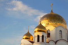 Goldene Hauben und Kreuze orthodoxe Kathedrale Stockfoto