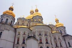 Goldene Hauben von christlichen Kirchen neigen in Richtung zum Himmel Lizenzfreies Stockfoto