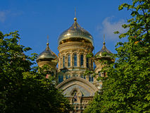 Goldene Hauben von St. Nicholas Naval Cathedral in Karosta Stockbilder