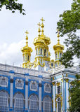 Goldene Hauben zieren die Spitze der Kapelle bei Catherine Palace Lizenzfreie Stockfotografie