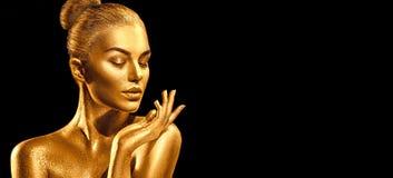 Goldene Hautfrauen-Porträtnahaufnahme Sexy vorbildliches Mädchen mit Feiertagsgoldenem glänzendem Berufsmake-up Metallischer Körp stockbild