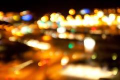 Goldene helle Lichter auf dunklem Nachthintergrund Stockfoto