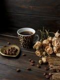 Goldene Herd-förmige Untertasse mit Röstkaffeebohnen Lizenzfreie Stockbilder