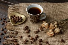 Goldene Herd-förmige Untertasse mit Röstkaffeebohnen Stockfotografie