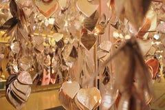 Goldene Herzblattdekoration Stockbild