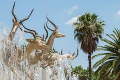 Goldene Impalaskulptur, Johannesburg Stockbilder