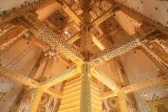 Goldene Innenarchitektur von wat Nong Bua Stockbilder