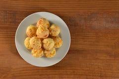 Goldene Käsebrotbälle Stockfotos
