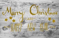 Goldene Kalligraphie-frohe Weihnachten und guten Rutsch ins Neue Jahr, hölzerner Hintergrund Stockfotos