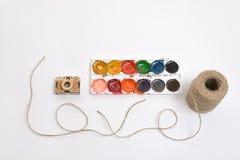 Goldene Kamera Coutout und benutzte Aquarellfarben Threadschnur, die Wörter LIEBE macht Lizenzfreie Stockbilder