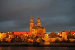 Goldene Kathedrale von Magdeburg und von Fluss Elbe bei Sonnenaufgang Stockbilder