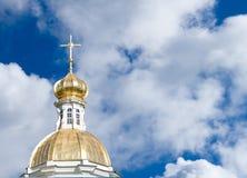 Goldene Kirchehaube auf Hintergrund des bewölkten Himmels Stockbild