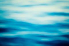 Goldene Kräuselungen im Wasser Lizenzfreie Stockfotos