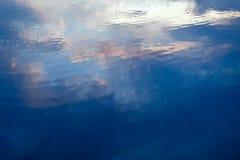 Goldene Kräuselungen im Wasser Abstraktion für Entspannung Lizenzfreies Stockbild