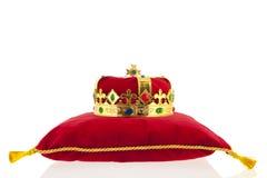 Goldene Krone auf Samtkissen Stockfotos