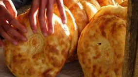 Goldene Kruste auf Brot stock video