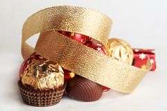 Goldene Kugel der Schokolade Lizenzfreie Stockfotos