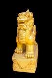 Goldene Löweskulptur der chinesischen Art im schwarzen Hintergrund Lizenzfreies Stockfoto