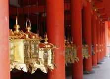 Goldene Laternen und rote Pfosten Stockfotos