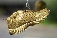 Goldene laufende Schuhe Stockbilder