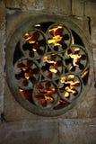 Goldene Leuchte durch Steinspitze Lizenzfreie Stockfotos