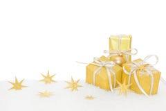 Goldene lokalisierte Weihnachtsgeschenke im Goldpapier Lizenzfreie Stockbilder