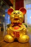 Goldene Mäusestatue stockbilder