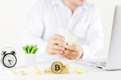 Goldene Münze Bitcoin-Münze im Glasgefäß auf Holztisch, Mann t Lizenzfreies Stockfoto