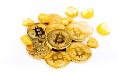 Goldene Münze Bitcoin-Münze, Stapel cryptocurrencies bitcoin isola Stockbild