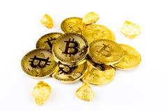 Goldene Münze Bitcoin-Münze, Stapel cryptocurrencies bitcoin isola Stockfotos