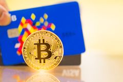 Goldene Münze Bitcoin und VISUMSkreditkarten stockfotografie