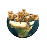 Goldene Münzen auf Erdehemisphäre Lizenzfreies Stockfoto