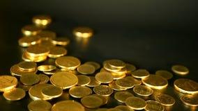 Goldene Münzen auf schwarzem Hintergrund Erfolg des Finanzgeschäfts, Investition, Ausmünzung von Ideen, Reichtum, Konzept ein Ban stock video footage