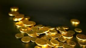 Goldene Münzen auf schwarzem Hintergrund Erfolg des Finanzgeschäfts, Investition, Ausmünzung von Ideen, Reichtum, Konzept ein Ban stock footage
